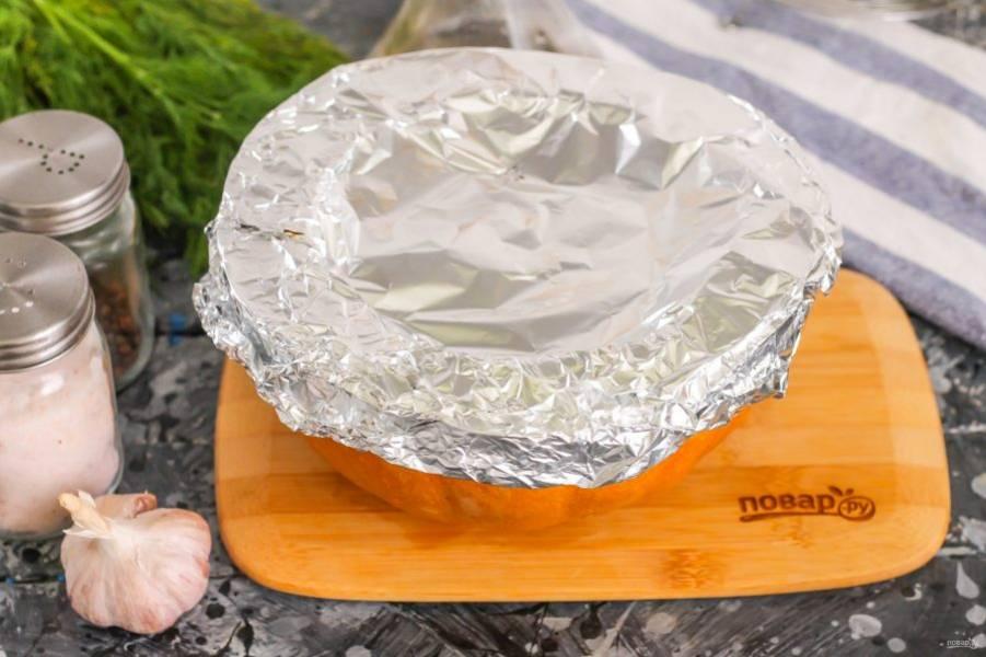 Накройте сверху фольгой и поместите в форму, а затем – в разогретую до 220 градусов духовку на 1-1,2 часа.