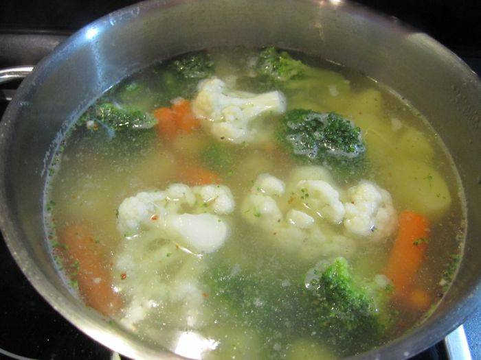В суп отправляем все овощи, варим до готовности.