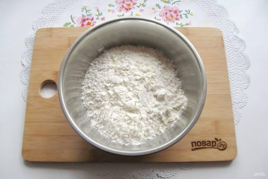 Приготовьте тесто для ватрушки. В миску просейте муку.