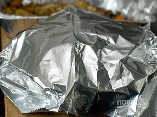 8. Накройте готового цыпленка фольгой, чтобы он выпустил все соки, а после подавайте к столу.