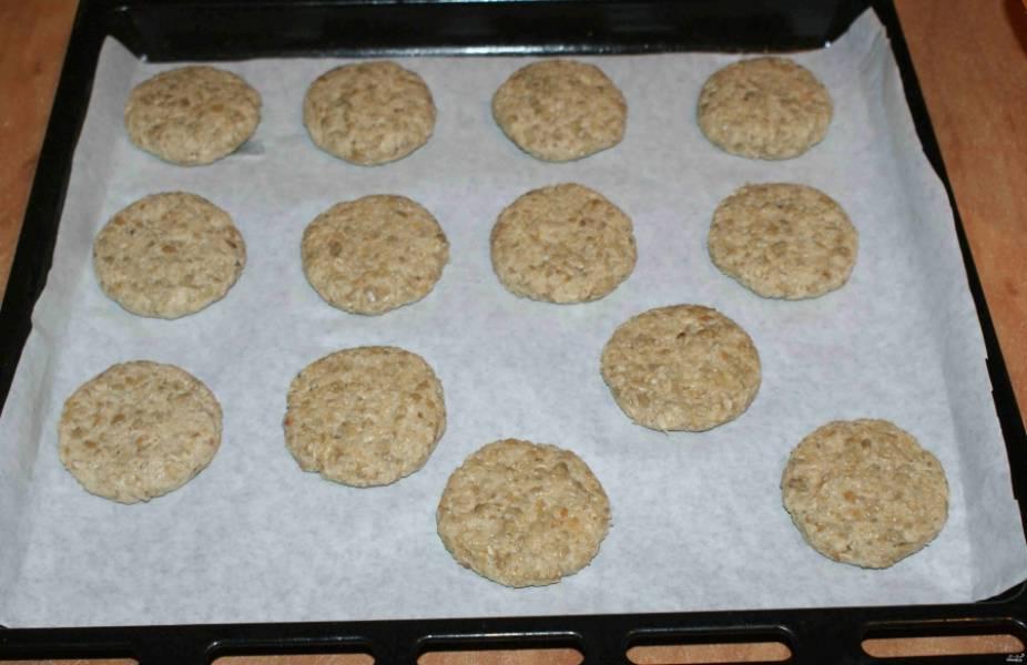 На застеленный пергаментом противень выкладываем печенье. Ставим противень в духовку на 20 минут. Температура - 180 градусов.