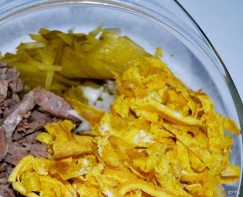 5. Нарезаем соломкой омлет и отправляем к остальным ингредиентам.