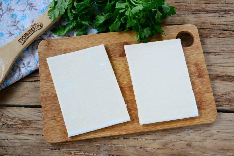 Слоеное тесто разморозьте и порежьте на прямоугольники 5 на 10 см.