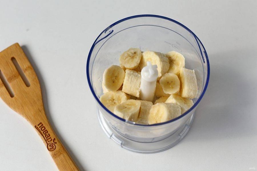 Бананы очистите, нарежьте кружочками и сложите в чашу блендера.