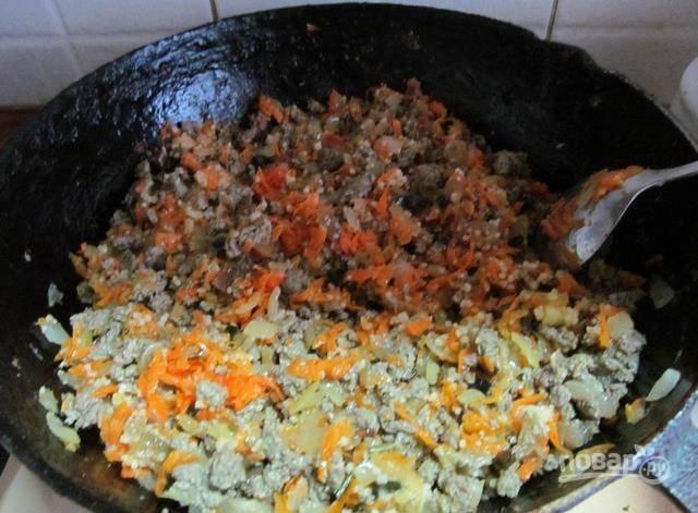 В сковороду добавьте мелко нарезанную мяту, а следом - печень мелкими кусочками и соль. Перемешивая, жарьте до готовности.