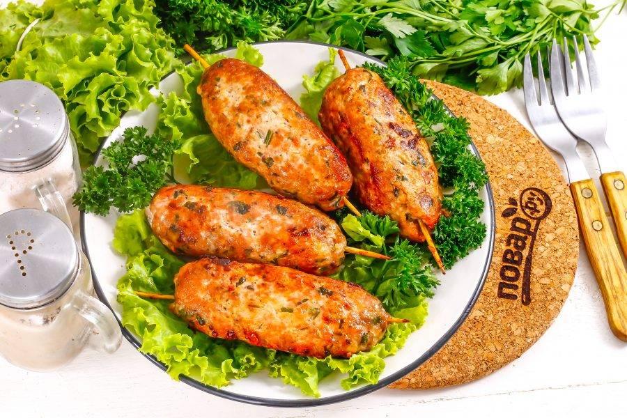 Подайте люля кебаб к столу горячими, украсив свежей зеленью.