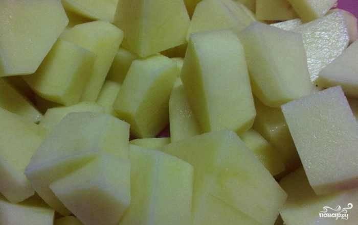 Потом вытащите мясо. А в бульон добавьте очищенный, промытый и нарезанный картофель.