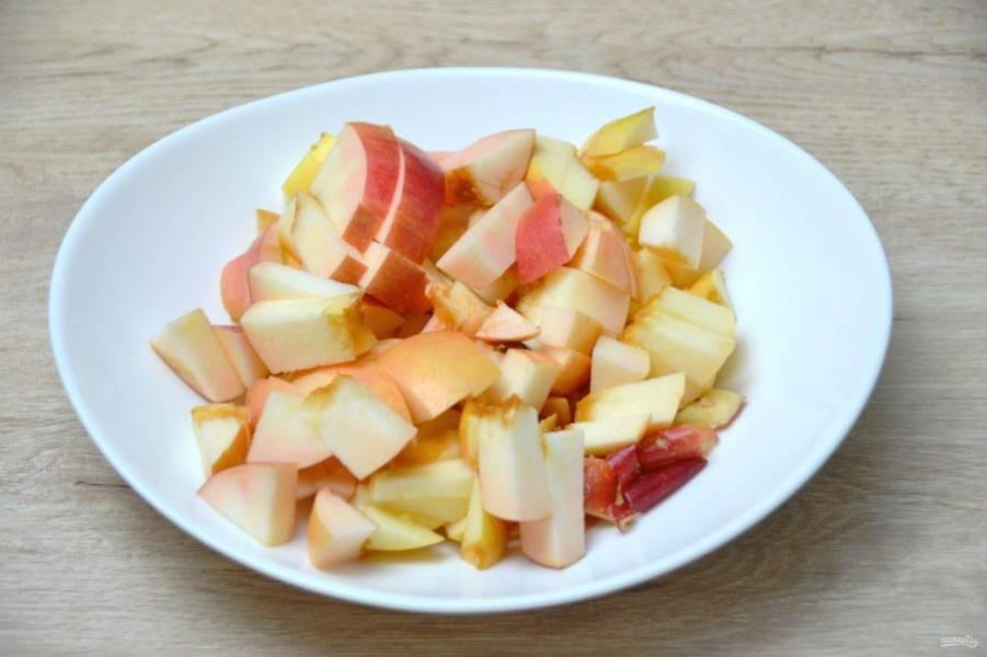 Два других яблока порежьте крупными кусочками.