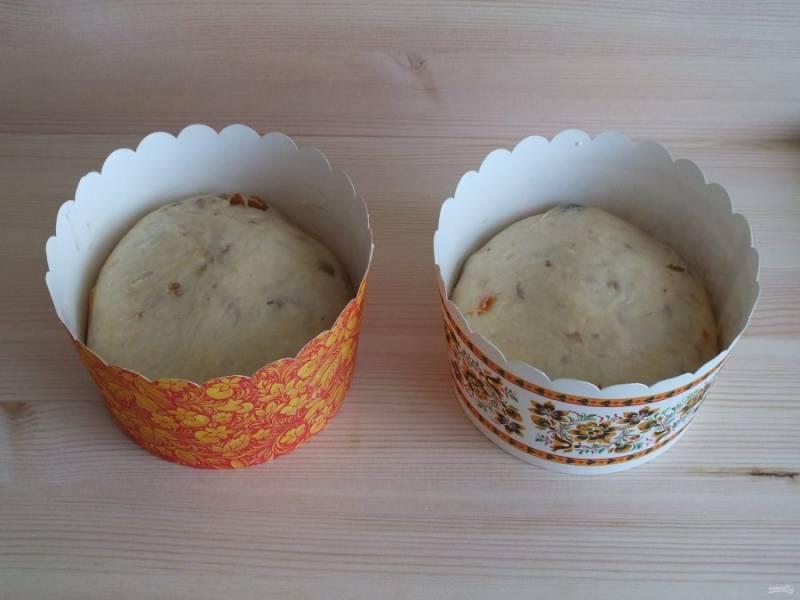 Формы для выпечки покройте тонким слоем масла. Разложите тесто  в формы, на 2/3. Накройте полотенцем и оставьте на 1 час подходить в теплом месте. Тесто должно удвоиться. Разогрейте духовку до 180 градусов.
