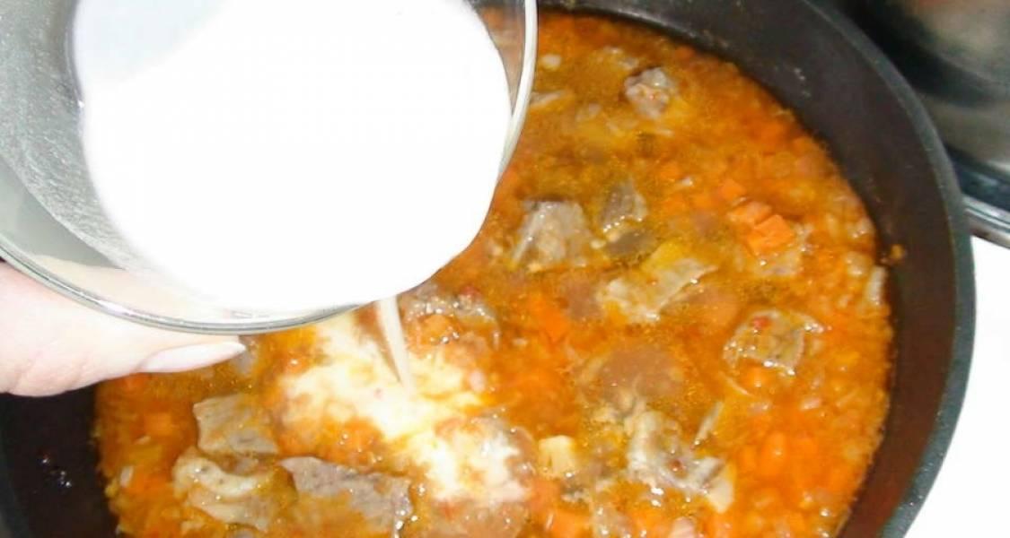 Разведите муку в 60 миллилитрах воды. Влейте её в сковороду. Перемешайте ингредиенты. Посолите, добавьте специи и поперчите. Доведите блюдо до кипения. Выключите огонь.
