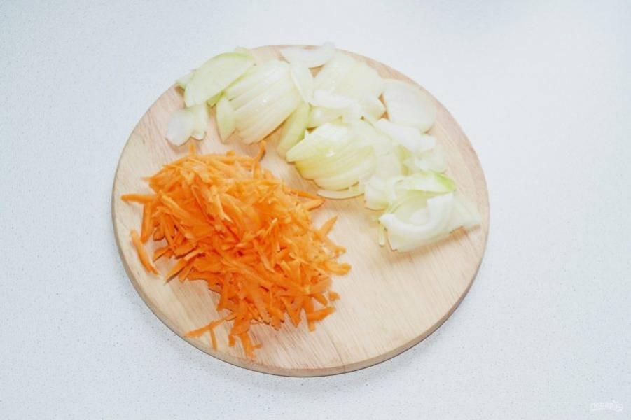 Очистите и измельчите лук, морковь натрите на терке. Разогрейте на сковороде немного масла, обжарьте пару минут лук, добавьте морковь. Жарьте, периодически помешивая, 3-4 минуты.
