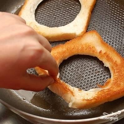 3. Обжарьте хлеб с дырочкой с двух сторон до золотистого цвета.