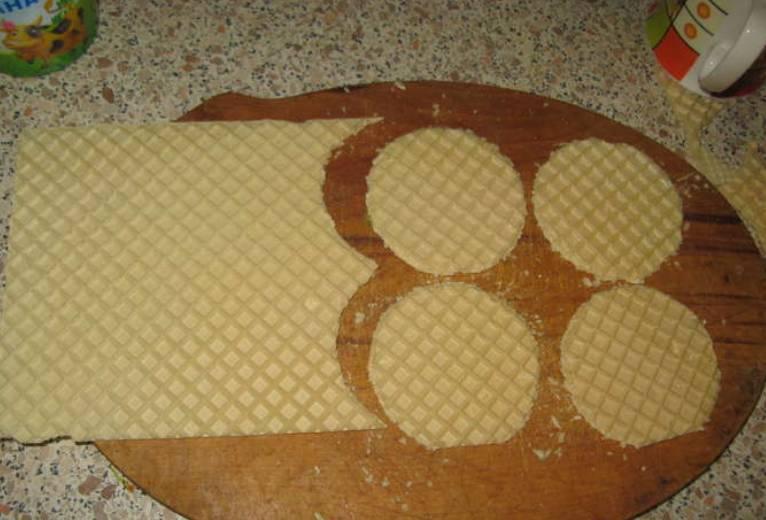 """Берем любые вафельные коржи и при помощи стакана вырезаем из них """"кругляшки"""" одинакового размера."""