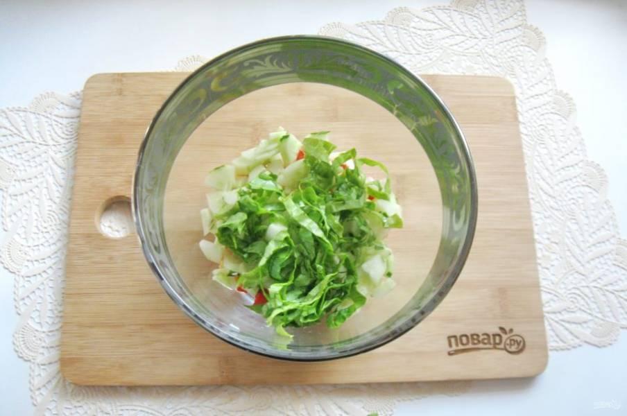 Салатный лист помойте и нарежьте. Выложите в салат.
