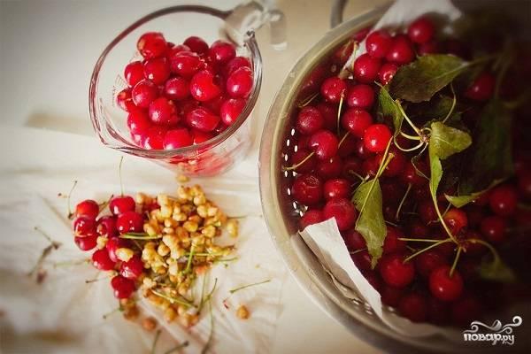 3. Вишни вымойте и обсушите, удалите у них косточки. Выложите в мисочку, добавьте крахмал, перемешайте. Если ягоды кисловаты, можно добавить сахар.