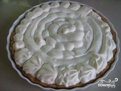 Отправляем пирог обратно в духовку, уменьшаем температуру до 150 градусов. И выпекаем до готовности меренги, минут 30-35. Затем выключаем духовку, открываем дверцу и даем пирогу остыть, не вынимая его.