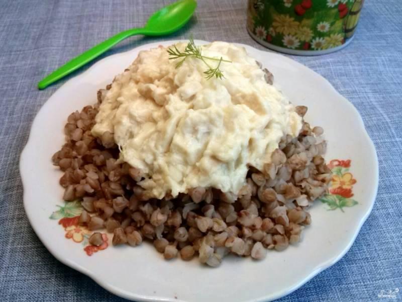 Подавайте с гречневой кашей или картофельным пюре.
