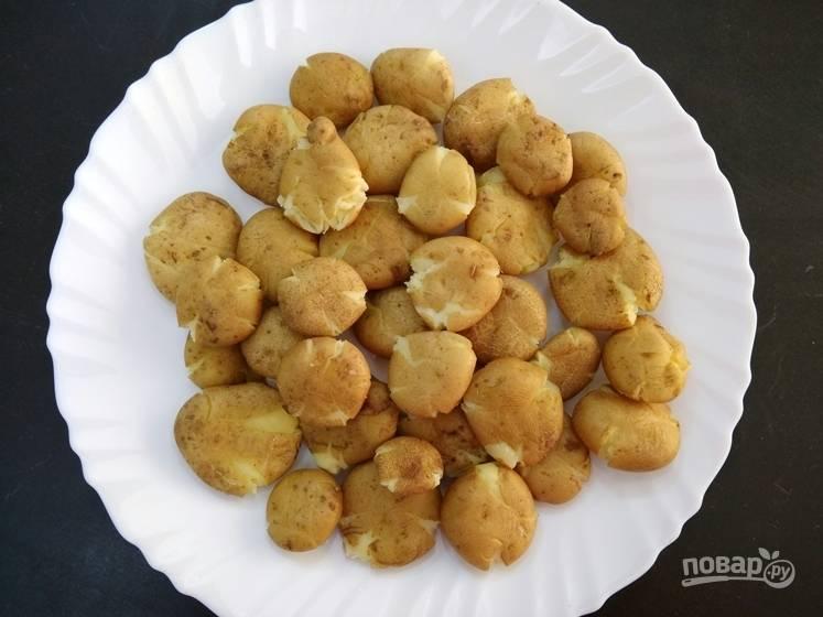 3. Поместите картофель на плоскую тарелку, чтобы он остыл.