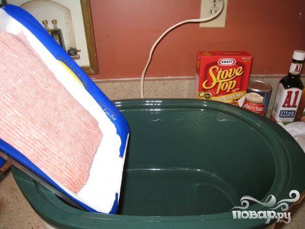 Переложите фарш в глубокую форму для печи.