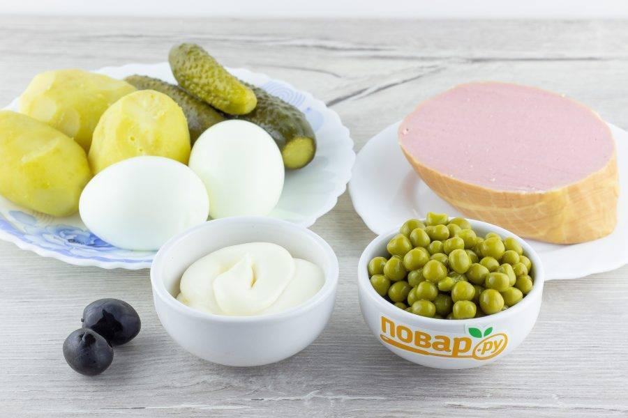 Подготовьте все необходимые ингредиенты. Картофель и яйца заранее отварите, остудите и очистите.