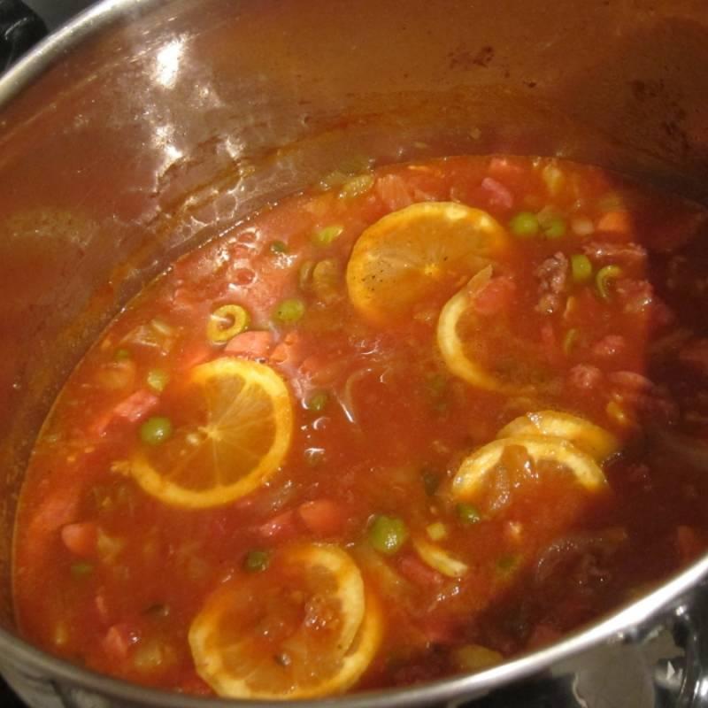 3. Добавим оливки, картошку, томатную пасту, каперсы и лимон. Специи - по вкусу. Варим до готовности картофеля.