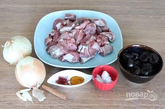 1. Вымойте мясо, обсушите и нарежьте небольшими кусочками. Посолите по вкусу и при желании поперчите. Измельчите лук, чеснок, имбирь.