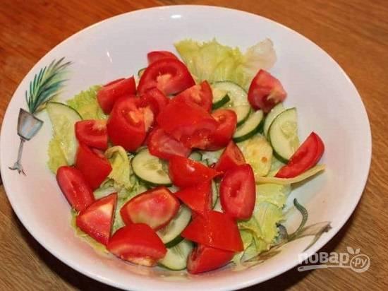 Листья салата рвем руками на небольшие кусочки, нарезаем огурец и помидор.