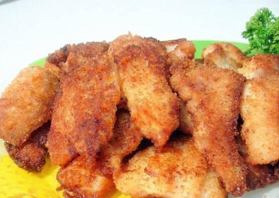 У нас получились своеобразные рыбные палочки фри. Готового пангасиуса в панировочных сухарях подаем с разными соусами. Приятного аппетита!