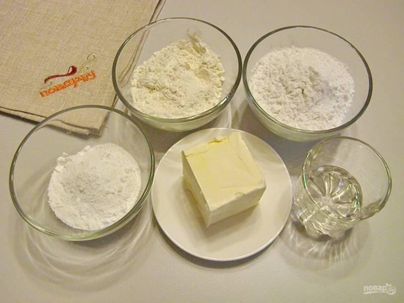 1. Подготовьте продукты для печенья. Масло сливочное должно быть комнатной температуры, не холодное, но и топить его на бане нельзя! Отмерьте точно на весах все сыпучие ингредиенты.