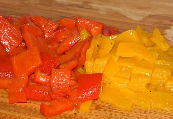 3. Вариантов со сладким перцем тоже несколько. Можно взять свежий, консервированный или обжаренный на огне, а затем очищенный от кожицы перец. Его нужно нарезать средними кусочками.