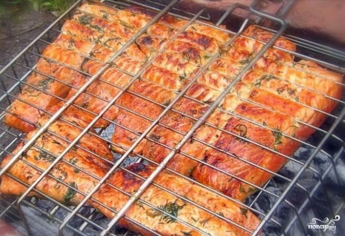 2.Замаринованную рыбу помещаем на сетку и отправляем на разогретые угли. Обжариваем с двух сторон до появления румяной корочки, внутри рыбка должна оставаться розовой.
