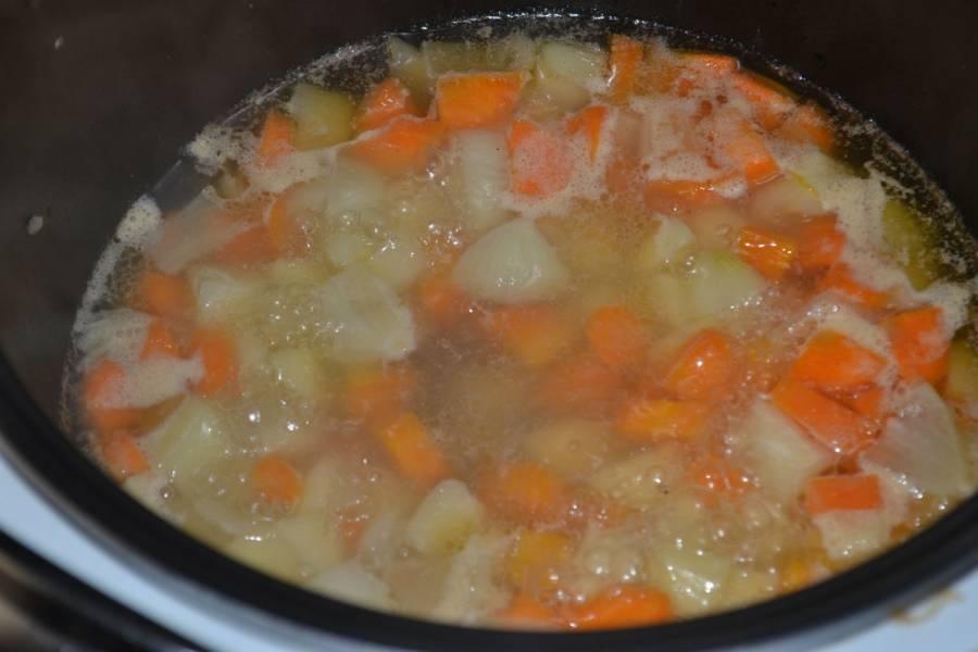 Обжаренные овощи в мультиварке залейте водой, включите режим «Тушение» на 1,5 часа.