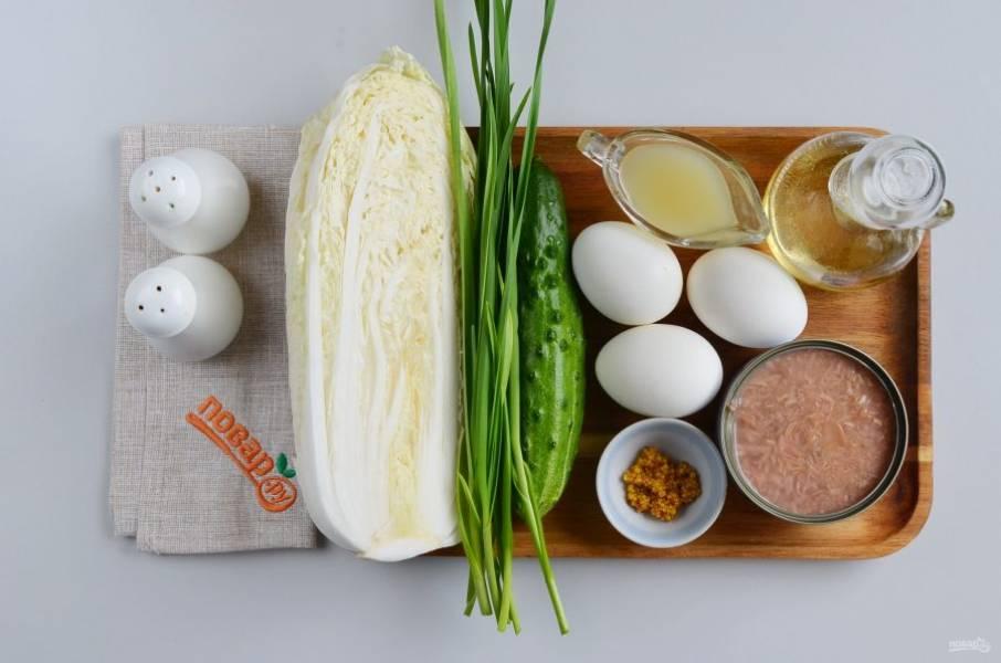 Подготовьте ингредиенты. Очистите вареные яйца. С консервы слейте жидкость.