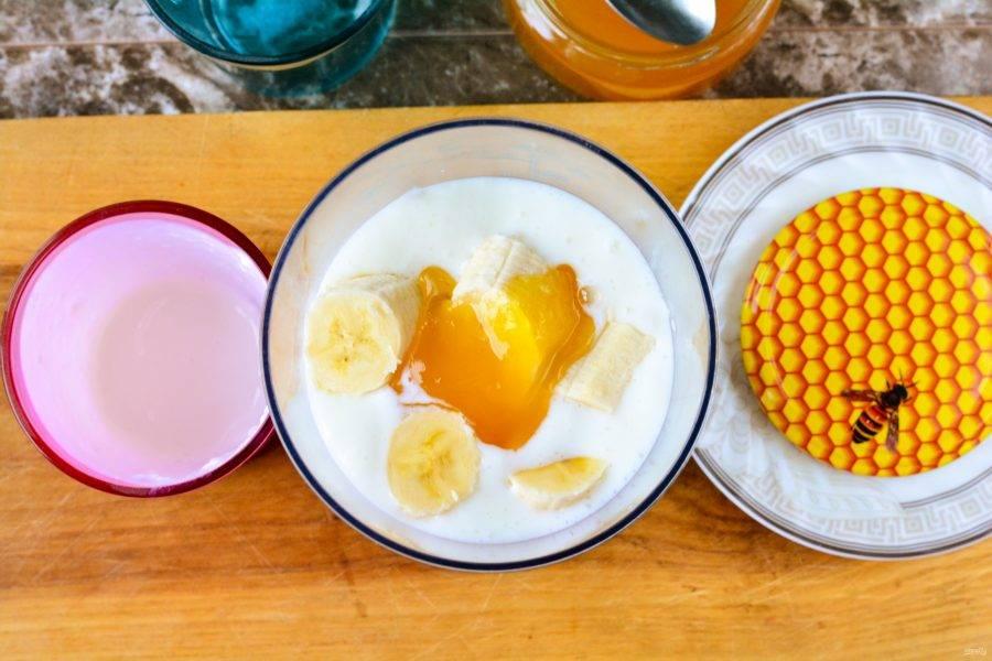 Добавьте мед для придания сладости.
