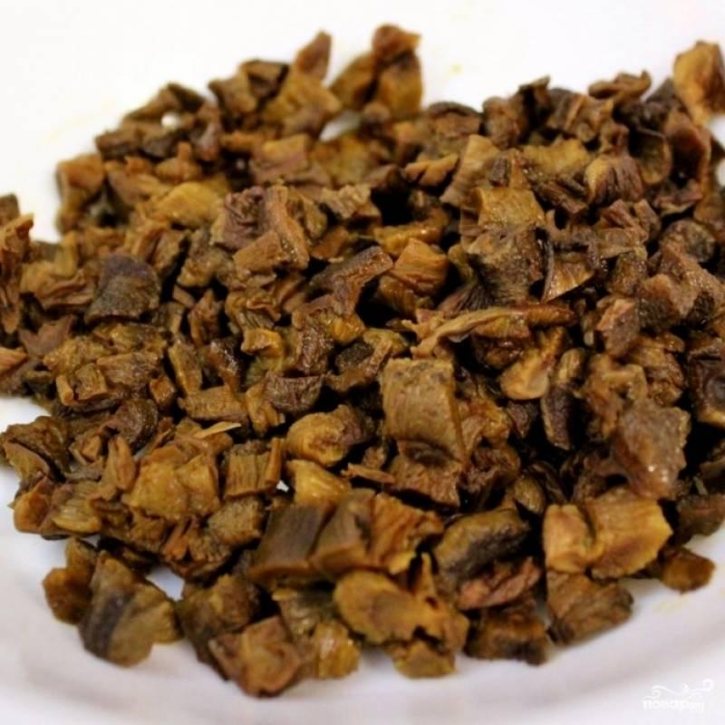4. Пока лук жарится, откиньте грибы на дуршлаг, затем нарежьте.