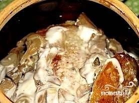 На дно каждого горшочка уложить слой драников, сверху грибы. Полить соусом. Затем снова драники, грибы, соус. Сверху посыпать тертым сыром и отправить в разогретую до 180С духовку на полчаса.