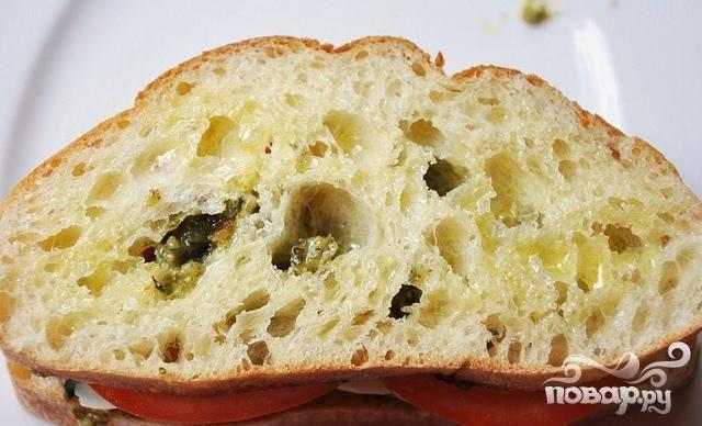 5. Накрыть сверху вторым ломтиком хлеба Чиабатта. Сбрызнуть сэндвичи с обеих сторон оливковым маслом в разбрызгивателе.