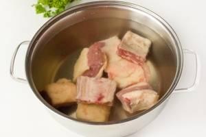 Мясо варите в кастрюле после закипания примерно час на маленьком огне. Снимите пену.