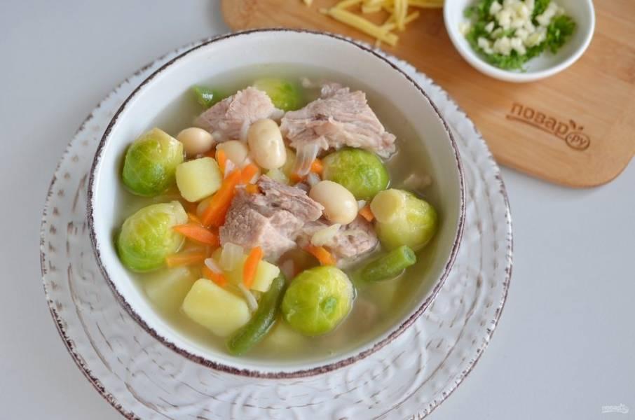 Разлейте суп по супницам и подайте к столу, посыпав сверху чесноком, петрушкой и тертым сыром. Приятного!