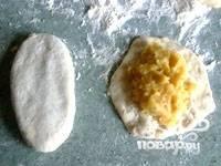 От теста отщипывать куски размером с яйцо, формировать лепешки, класть на них начинку и защипывать пирожки:).
