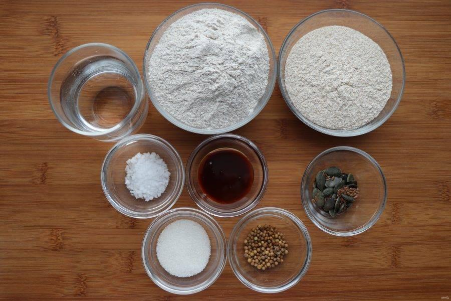 В первую очередь нужно подготовить ингредиенты для выпекания ржаного хлеба.