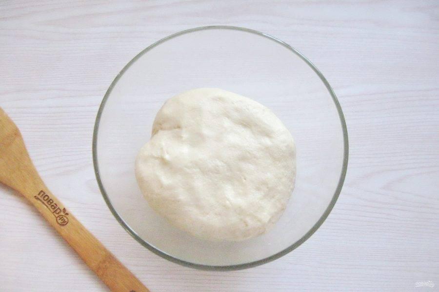 Замесите эластичное, не липнущее к рукам тесто.