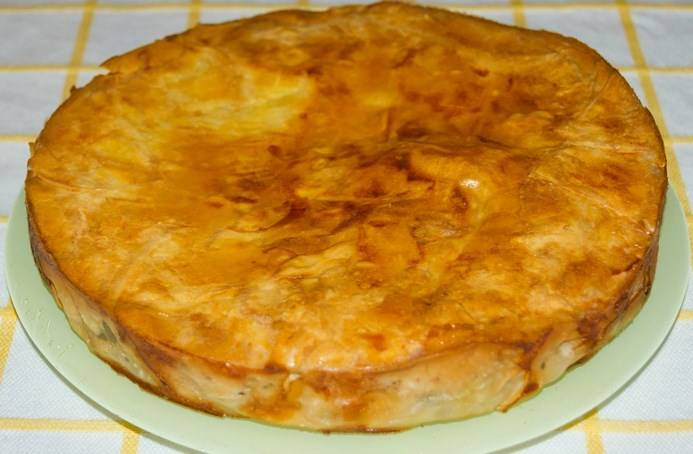 Пирог с сулугуни и зеленью готов. Приятного аппетита!