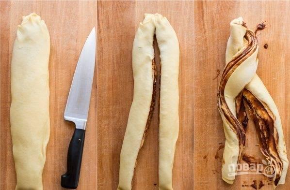 """5. Накройте тесто пленкой и поместите его на 15 минут в холодильник. Каждую """"колбаску""""  разделите напополам (но не до конца), а после скрутите, переплетая половинки. Поместите тесто в форму для выпекания и снова оставьте их на 15 минут вырасти в объеме."""