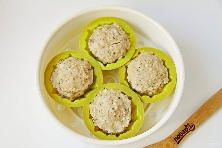 Поставьте формочки в контейнер для варки на пару и готовьте на пару 40 минут. Суфле из индейки в мультиварке готово.