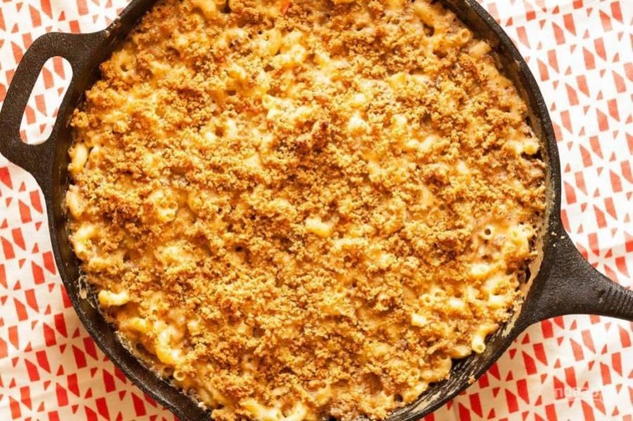 9.Запекайте макароны с сыром и фаршем в разогретом до 200 градусов духовом шкафу около 20 минут до образования румяной корочки. Подавайте блюдо горячим к столу.