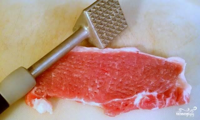 1. Мясо разморозим, при необходимости избавляемся от лишних кусочков. Натираем солью и перцем, отбиваем молотком.