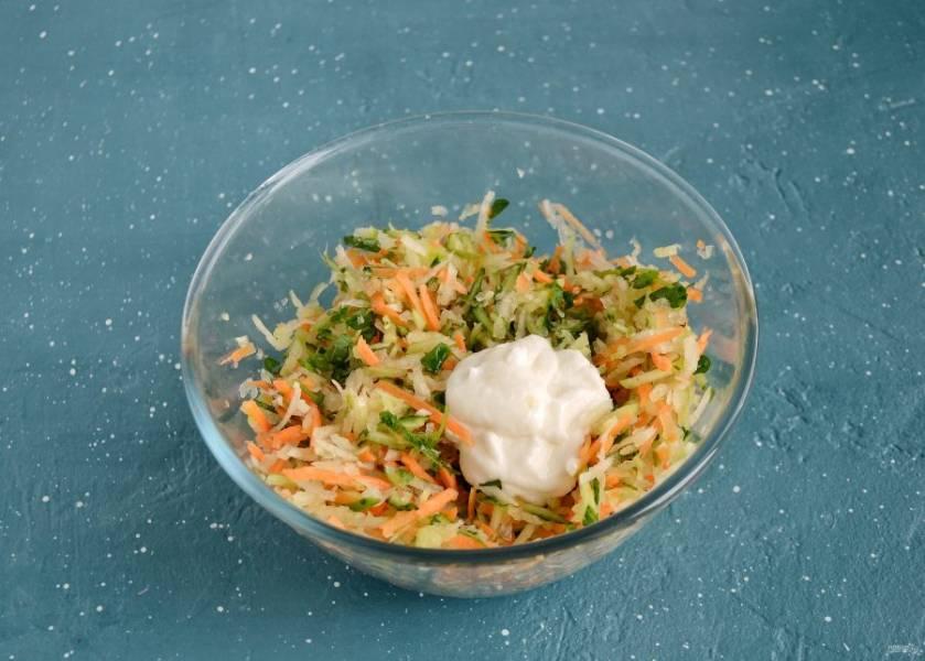 Заправьте салат соевым майонезом и посолите по вкусу.