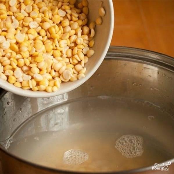 Процедите бульон, уберите луковицу и морковь, вылейте бульон обратно в кастрюлю и дайте ему закипеть. Переложите в кастрюлю порезанную говядину, горох и нарезанный кубиками картофель.