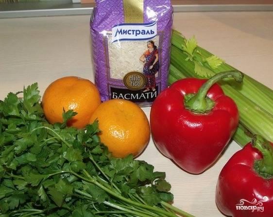 Первым делом подготовьте все необходимые ингредиенты. Перец вымойте и очистите от семян. Рис отварите до полной готовности в слегка подсоленной воде. Зелень и сельдерей также промойте под проточной водой.
